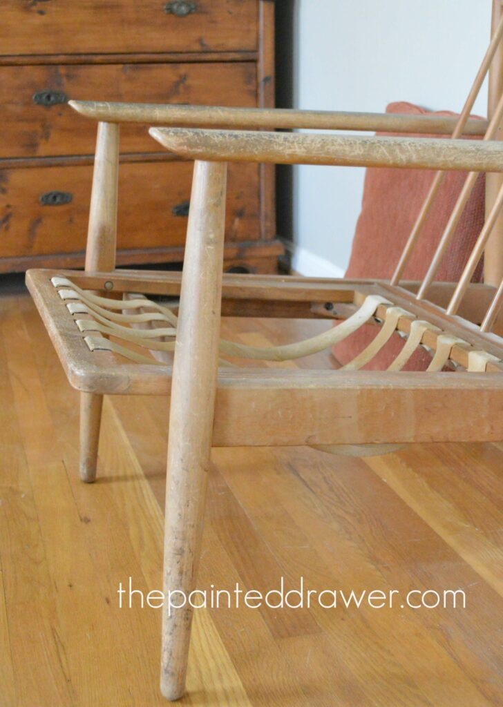 A MCM / Mid-Century Modern Chair goes from trash to treasure in this video makeover on www.thepainteddrawer!